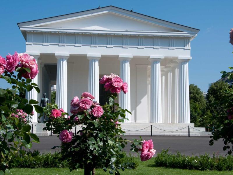 Theseus temple in the Volksgarten: 6 minutes walk