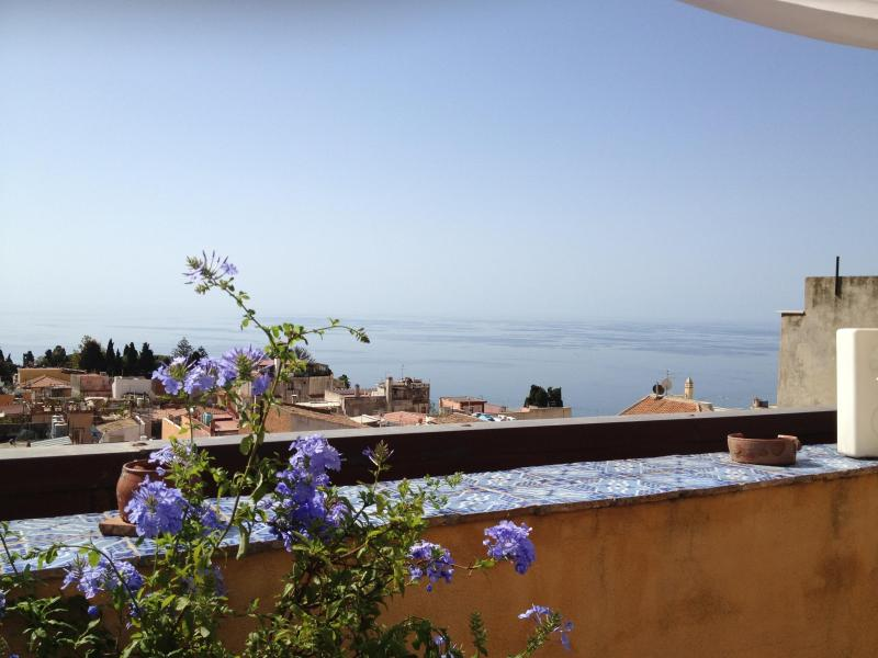 Taormina with panoramic view over town, Greek Theater and sea – semesterbostad i Taormina