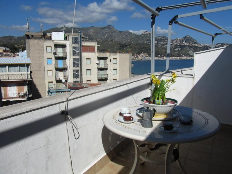 ComeInSicily Rosal Beachfront 1-bedroom apartment with perfect view, casa vacanza a Giardini Naxos