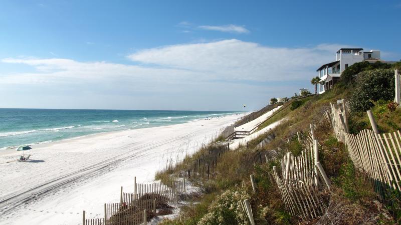 Magnifique plage de sable blanc pas de notre porte d'entrée
