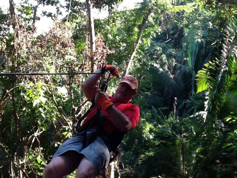 Un invitado en el tour de canopy