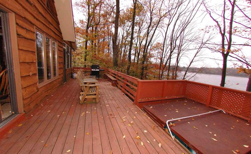 Beautiful Lakefront Chalet w/ Hottub, Boats, Game Rm, A/C, Deck, Dock, Fireplace, casa vacanza a Gouldsboro