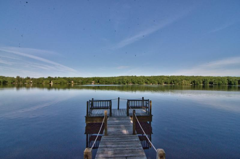Beautiful Lakefront Chalet w/ Hottub, Boats, Game Rm, A/C, Deck, Dock, Fireplace, holiday rental in Pocono Mountains Region
