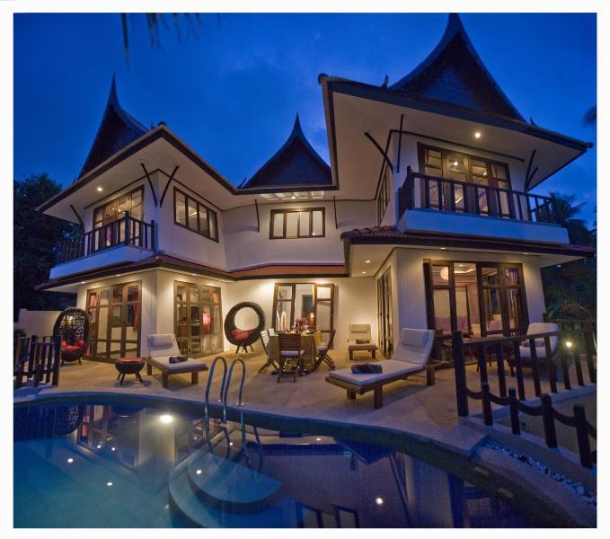 Majestuosa Villa de noche