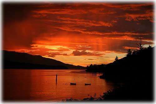 Coucher du soleil de l'été le long du passage de Tongass