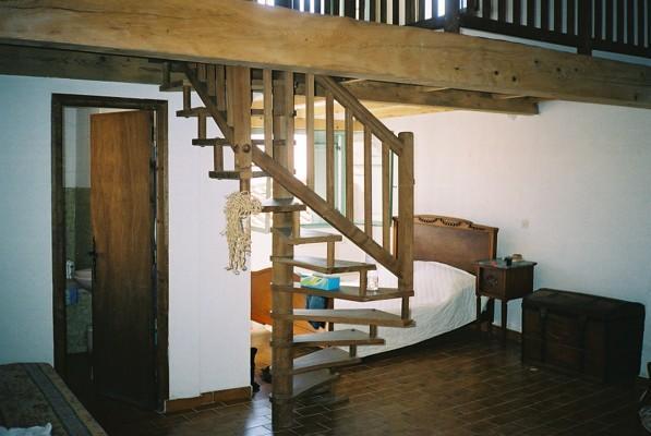 Chambre avec escalier pour mezzanine, porte de salle de bain