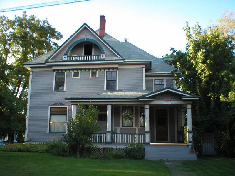 Vue du manoir acheté, en 2002.  Depuis les années 1950, il a tenu cinq apts & besoin de rénovation.