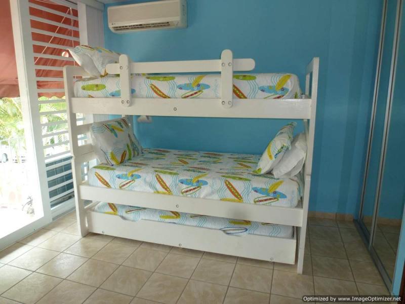 Dormitorio #2, tiene tres camas totales