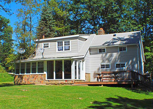 OVR's Cedar Lodge! Warm, inviting on Stony Fork Creek! Hot Tub! Large yard!, location de vacances à Ohiopyle