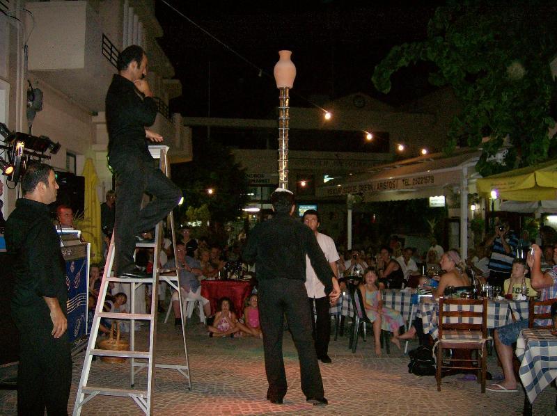 Bailando con gafas en una noche de Chipre