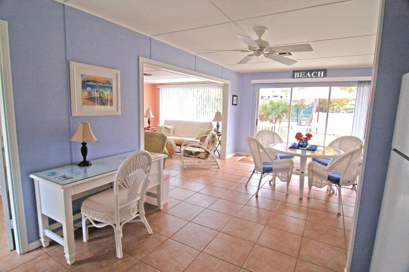 5 Star Pet Friendly, Sunny, Quaint Cottage with Old Florida Charm 3Mins to Beach, holiday rental in Sanibel Island