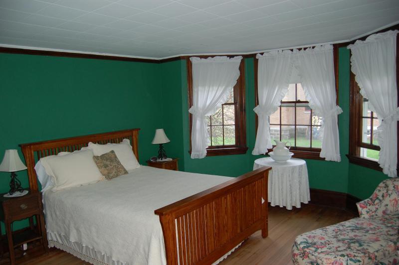 Sala verde con cama queen