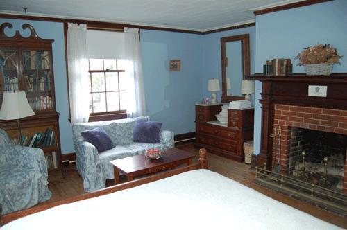 Habitación azul con cama queen