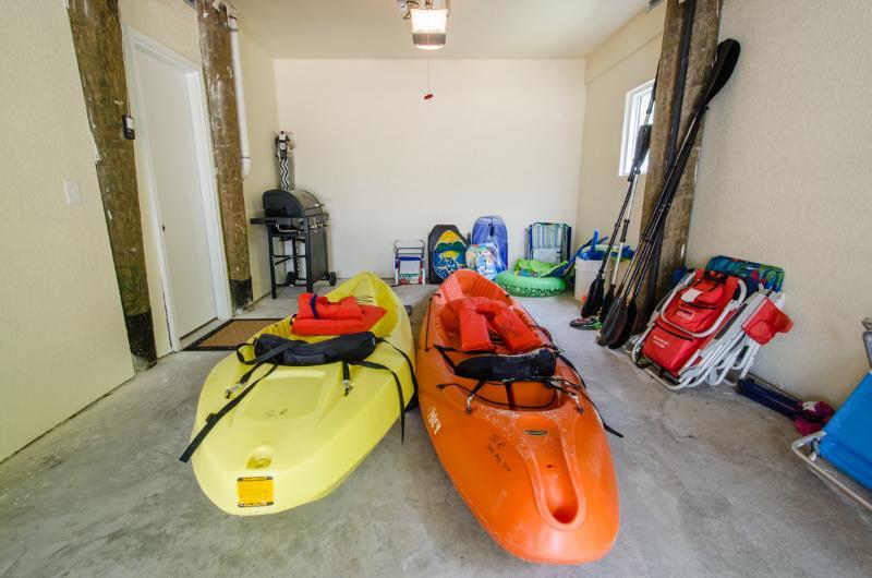 Forniamo alcuni giocattoli piscina/spiaggia, giubbotti salvagente e kayak. Ci sono anche sedie da spiaggia.
