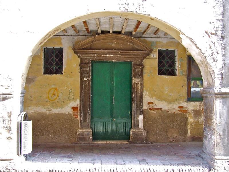 Urbania, Majolica-Town; arch and gate