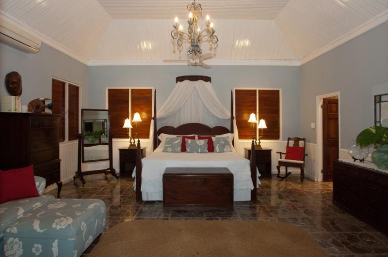La Master Suite de 800 pies cuadrados está en el extremo este de la terraza. Esta suite tiene una cama...