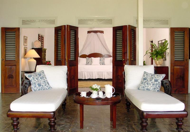... y francés puertas abiertas desde el dormitorio a amplio porche donde café de revelación se coloca cada mañana.