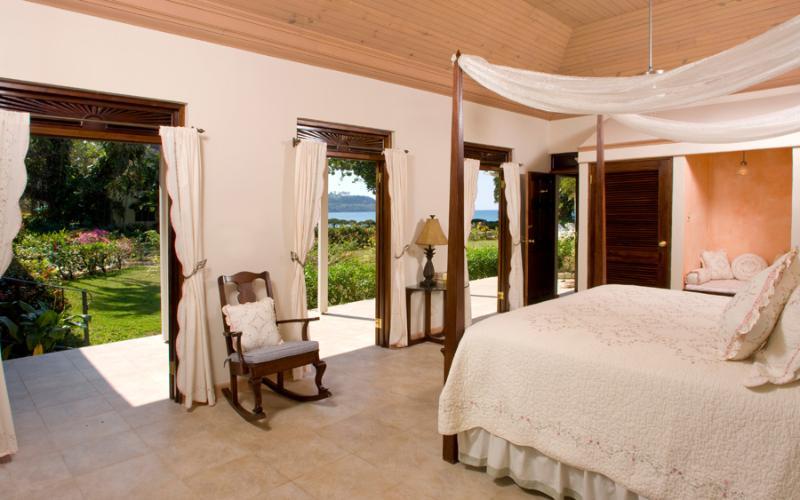 Dormitorio principal 2 fue añadido para aumentar la tranquilidad a 6 dormitorios. Mallorquinas de caoba abierto a la vista sobre el césped y los jardines del mar.