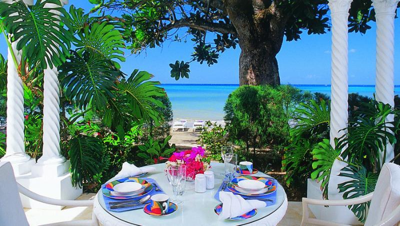 La sala de estar se abre a un patio privado en la orilla de la playa. Fruta fresca y café de revelación se coloca aquí pero las comidas se sirven en la villa principal para todos los huéspedes juntos.