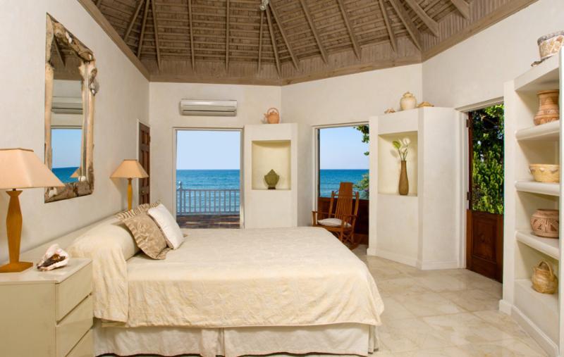 Arriba está el dormitorio con cama de matrimonio, baño de mármol con ducha de gran tamaño travertino y...
