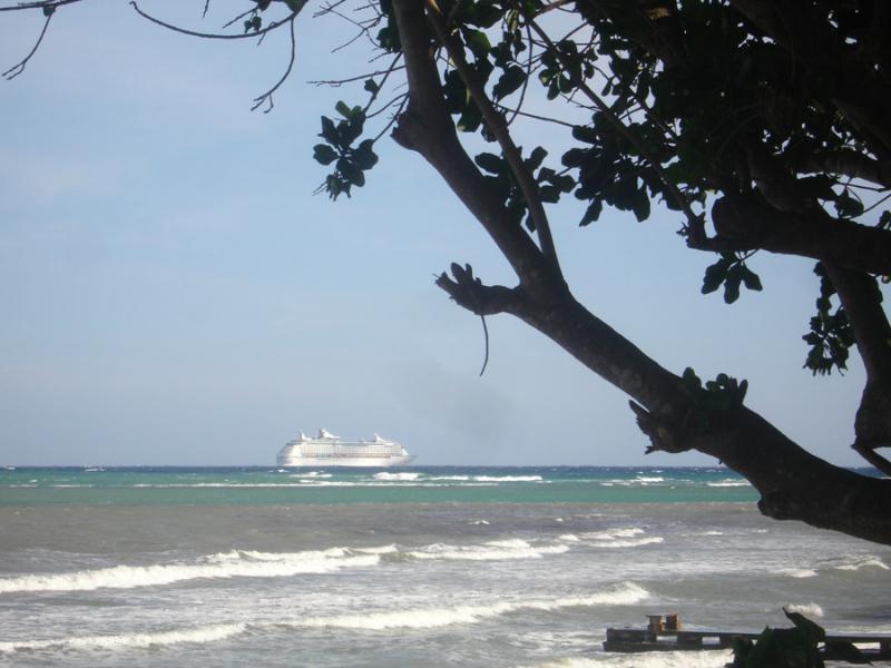 Si usted está en la terraza o en la playa alrededor 18:00 algunas tardes, coger ver de crucero de hoy salir a la mar desde el puerto de MoBay Freeport. (Todos los pasajeros que desean que fueron donde estás!)