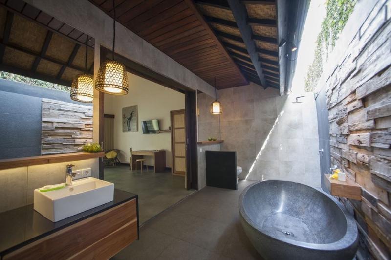 Modern large ensuite bathrooms