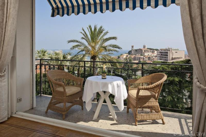 APARTMENT  PALMTREES SEA VIEW **** 3 BEDROOMS CITY CENTER, vacation rental in Cannes