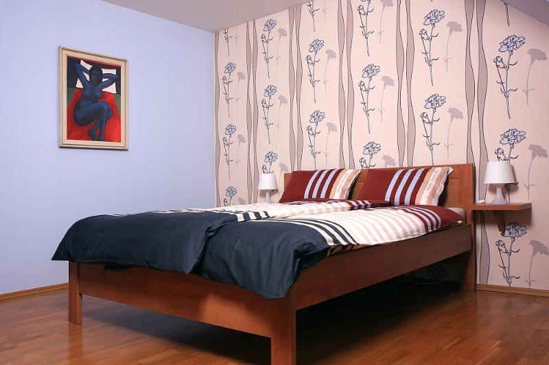 The bedroom (15 m²) has a double bed.