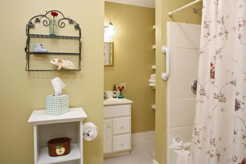 1. Stock-Badezimmer mit Wanne und Dusche sowie reichlich Stauraum