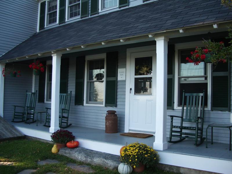 Sunnyside Bauernhaus Veranda und Schaukelstühle - großartiger Ort zum Entspannen mit Blick auf unserem Hof
