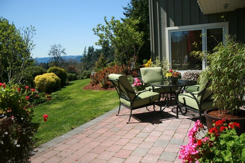 Private Sunny Patio This Lovely Suite faces South East. Enjoy the early morning sun to late evening.
