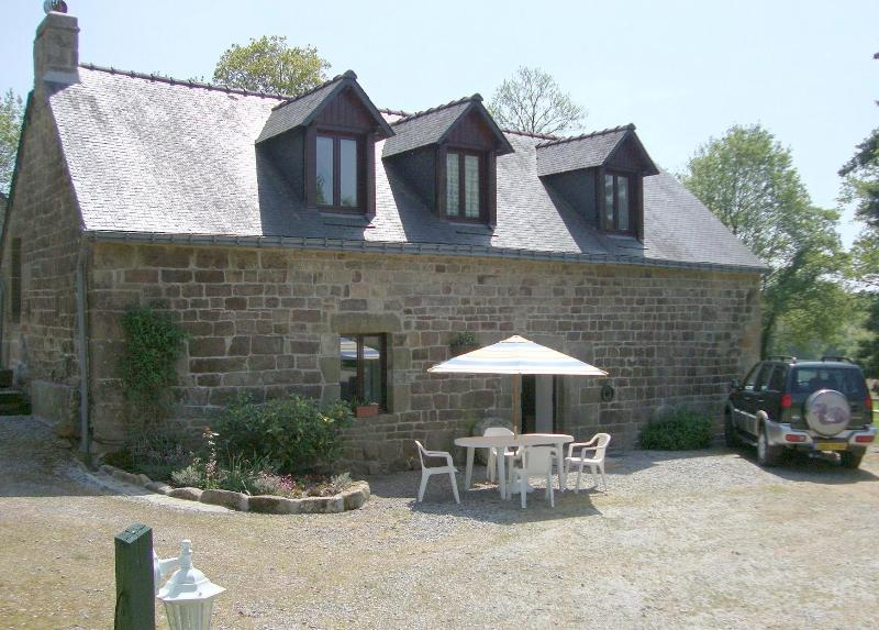Large 4 bedroom Detached Family cottage with lake views, location de vacances à Cleguerec