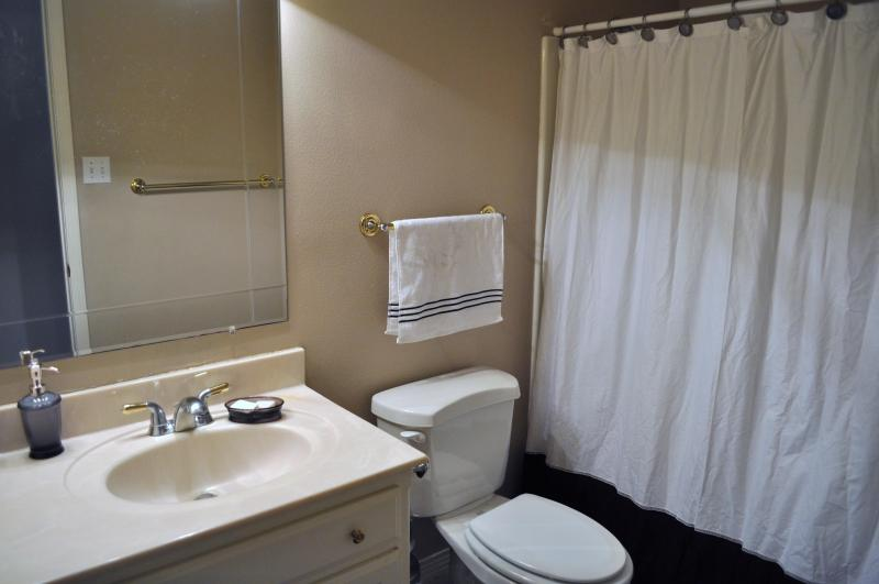 Upstairs hall bath with a tub/shower combo