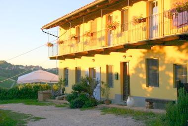CA MOMPLIN II - FARMHOUSE IN LANGHE AND ROERO ( Pool at Exclusive Country Club), location de vacances à Montaldo Roero