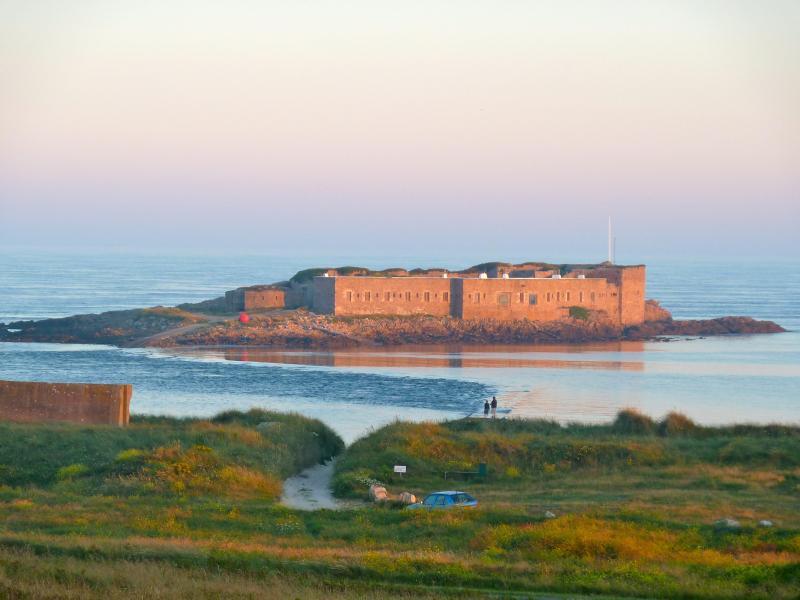 Fort Raz, Alderney vid solnedgången