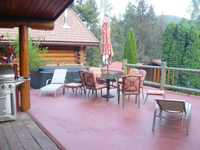 The front deck/lounge area