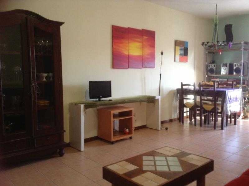 Cosy apartment a short walk from the Lake and the Castle of Bracciano, holiday rental in Manziana
