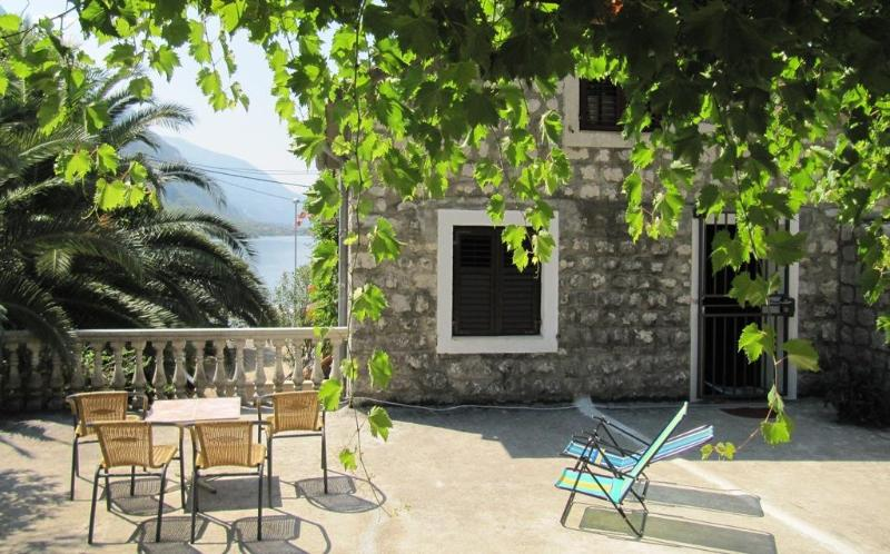 House for rent at Orahovac, 30 m from the beach, aluguéis de temporada em Orahovac