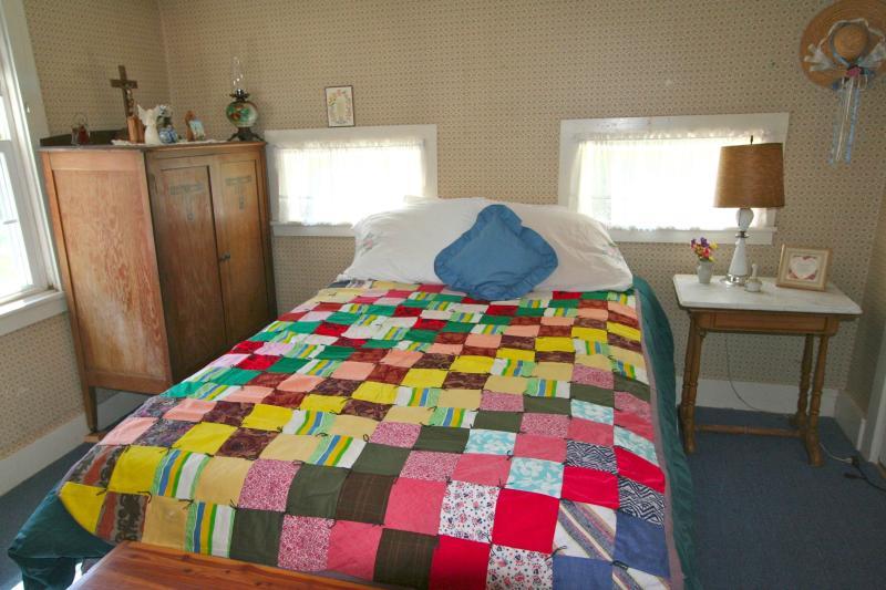 Middle Bedroom, Queen Bed