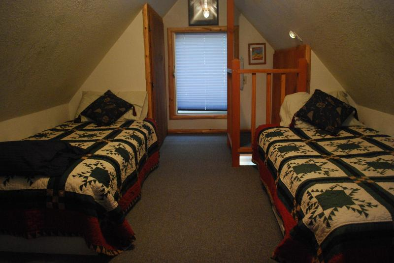 Due letti singoli nella camera da letto al piano superiore