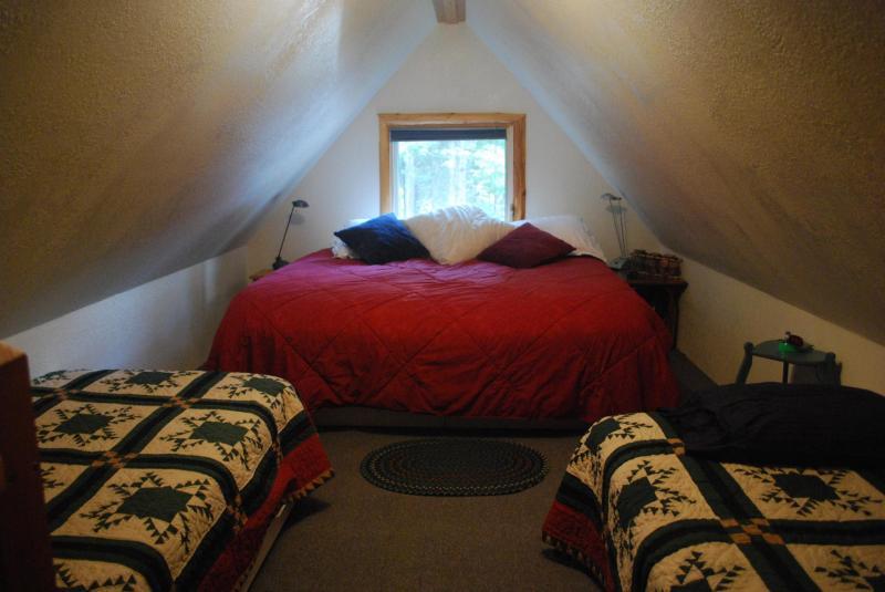 Letto in camera da letto al piano superiore
