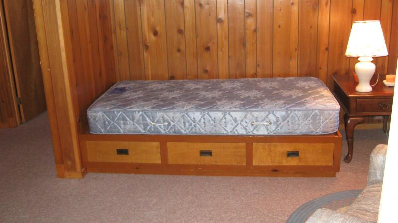 Cette chambre dispose d'un jumeau de grand lit plus et un flip out chairbed