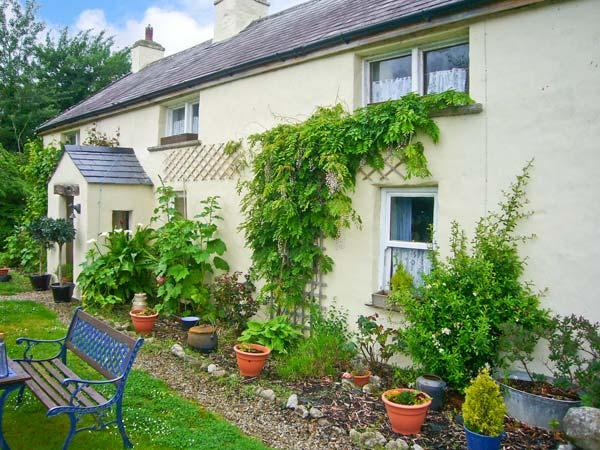 COURT COTTAGE, solid fuel stove, off road parking, enclosed garden, near Adare, holiday rental in Gorteen