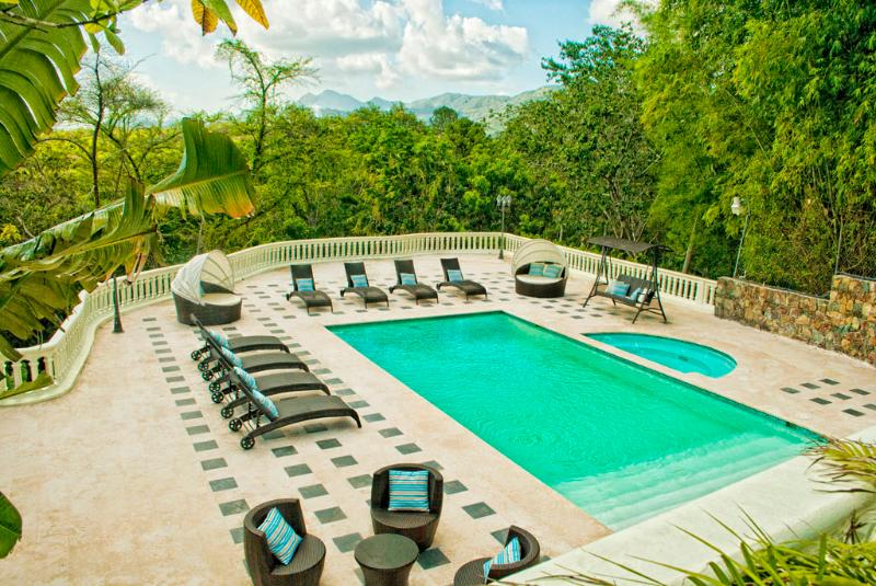 Luxury Villa w/ Pool, 2 Jacuzzis and River!, vakantiewoning in Santo Domingo