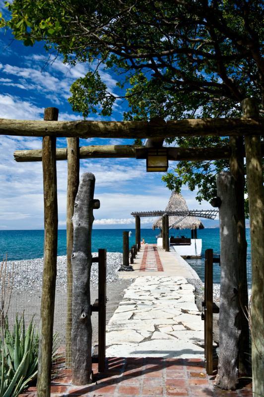 Puerta a playa privada y muelle