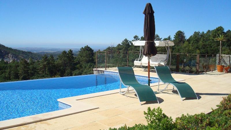 Profitez de vues côtières tout en nageant dans la piscine