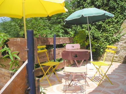 Sente-se no grande terraço superior ao nível de árvore e tomar uma bebida tranquila