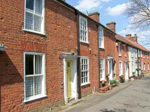 VALENTINE COTTAGE romantic retreat, town centre, woodburning stove, private, holiday rental in Banningham