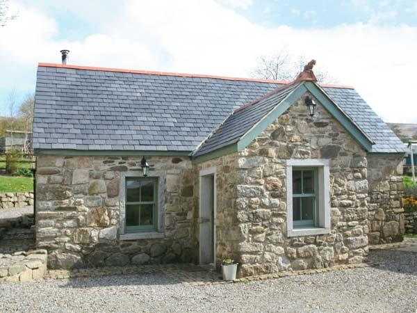 KYLEBEG COTTAGE, character cottage with woodburner, tranquil setting, near, holiday rental in Donard