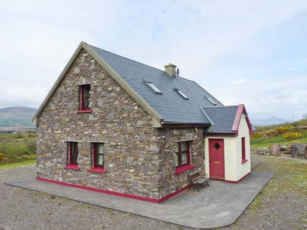 FRAOCH, en-suite facilites, ground floor bedrooms, solid fuel stove near, Ferienwohnung in Ballinskelligs